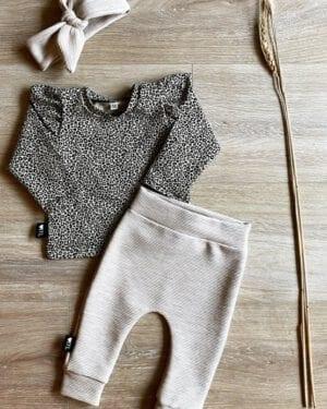 TessLiva-handgemaakte-baby-kinderkleding-Set broekje en haarband rib ottoman beige en longsleeve panterprint mini