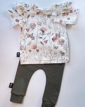 TessLiva-handgemaakte-baby-kinderkleding-Set-broekje-khaki-groen-en-shirt-flowers-and-butterfly