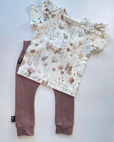 TessLiva-handgemaakte-baby-kinderkleding-Set-broekje-oud-mauve-en-shirt-flowers-and-butterfly