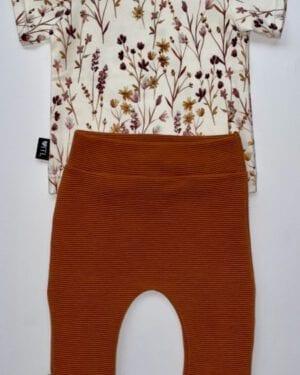 TessLiva-handgemaakte-baby-kinderkleding-Set-broekje-rib-ottoman-cognac-en-shirt-dried-flowers-pink