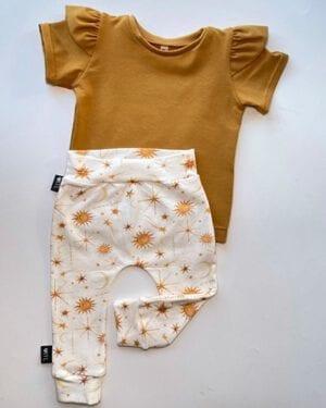 TessLiva-handgemaakte-baby-kinderkleding-Set-broekje-sterren-en-shirt-okergeel