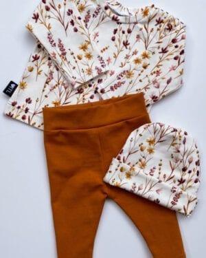 TessLiva-handgemaakte-baby-kinderkleding-Set-newborn-broekje-cognac,-longsleeve-mutsje-dried-flowers-pink