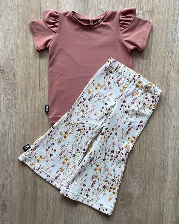TessLiva-handgemaakte-baby-kinderkleding-Set-Shirt-klei-roze-Flared-pants-dried-flowers-pink