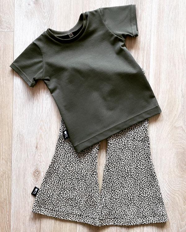 TessLiva-handgemaakte-baby-kinderkleding-Set-flared-pants-panterprint-mini-shirt-khaki