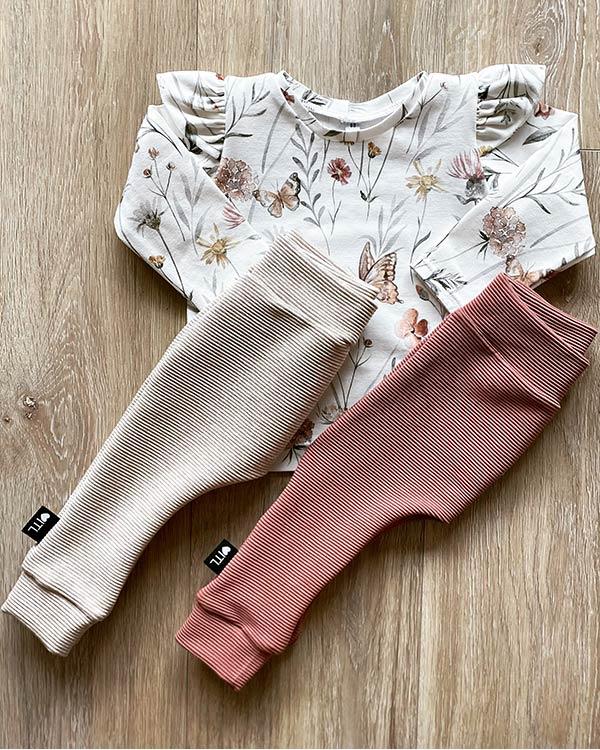 TessLiva-handgemaakte-baby-kinderkleding-Set-shirt-flowers-butterflu-broekjes-rib-ottoman-beige-en-roze-klei